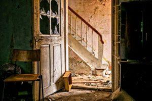 תיקון דלתות כניסה לבניין בחבל מודיעין
