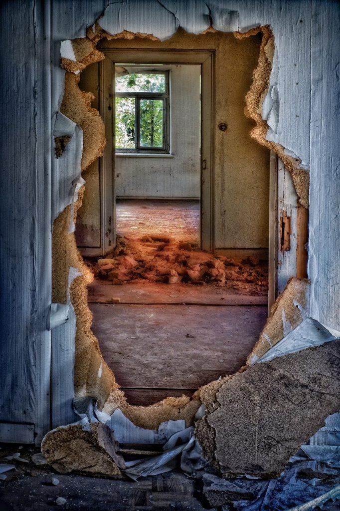 תיקון דלתות כניסה לבניין בגבעת שמואל