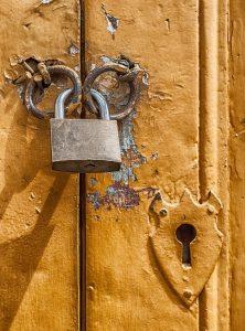 תיקון דלתות כניסה לבניין ביפו