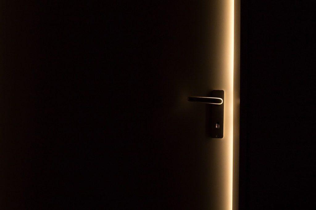 תיקון דלתות כניסה לבניין בכפר יונה