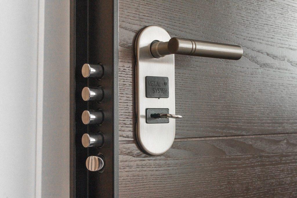 תיקון דלתות כניסה לבניין בתל מונד