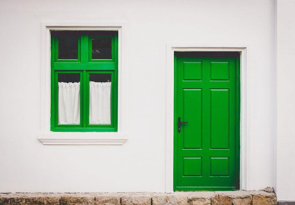 תיקון דלתות פנים בלב השרון