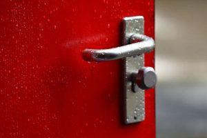 תיקון דלתות אלומיניום מומלץ בהרצליה