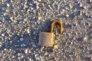 תיקון דלתות כניסה בגבעת שמואל