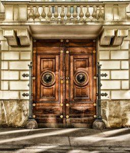 תיקון דלתות כניסה בכפר שמריהו