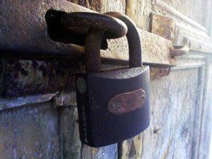 תיקון דלתות כניסה לבניין באבן יהודה