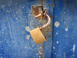 תיקון דלתות כניסה לבניין בגדרה