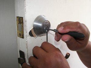 תיקון דלתות כניסה לבניין מומלץ בקריית עקרון