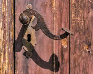 תיקון דלתות כניסה לבניין מומלץ בתל מונד