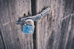 תיקון דלתות עץ בגדרה