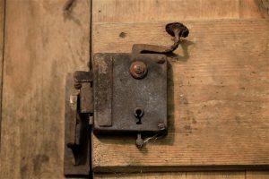 תיקון דלתות עץ מומלץ באליכין