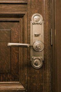 תיקון דלתות פנים מומלץ בגבעת שמואל