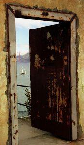 פורץ דלתות בבת ים